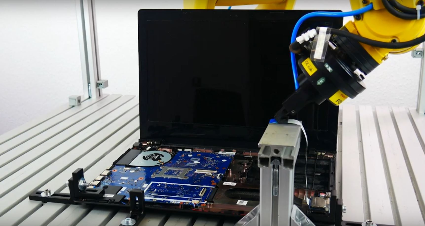 ArtiMinds Robotics - komplexe Anwendungen lösen Flachbandkabel greifen und stecken