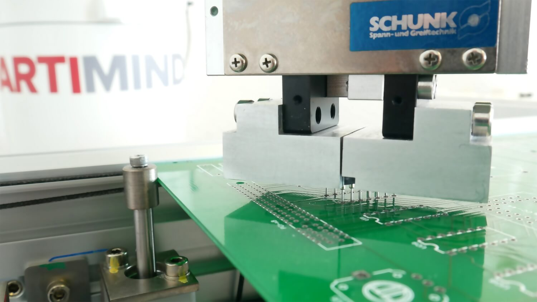 ArtiMinds Robotics – THT-Bestückung mit ArtiMinds RPS automatisieren